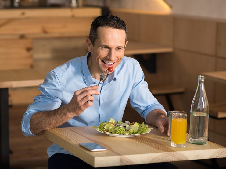Solo dining is a trend food franchisors need to consider | Inside Franchise Business